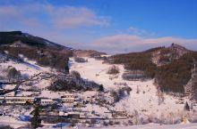 【东北去看雪——水墨雪村@松岭】走进松岭,映入我们眼帘的小山村犹如一幅黑白相间的水墨丹青,挥洒天地间