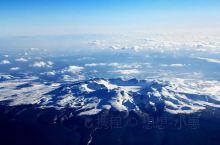 长白山天池位于长白山主峰火山锥的顶部,这里四季风光迷人,是来长白山的必游之地。登上山顶可见群峰叠嶂、