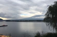 住在河口湖边,可以骑自行车绕湖一周,看看富士山和湖景