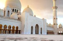 阿联酋首都阿布扎比的谢赫扎伊德清真寺,是世界上最奢华的清真寺,耗资55亿美元,仅黄金就用了46吨,以