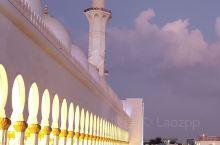夜晚的谢赫扎耶德清真寺,更是惊艳迷人,它的庄严圣洁高贵的倾城之美,让人赞叹不已流连忘返,第三张墙面背