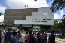 胡志明市战争博物馆位于胡志明市第3郡,地方不大,展品丰富。         展示有自行榴弹炮、坦克、