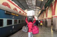 #印度的火车,谁体验谁知道#二等车厢的卧铺,火车没有门,车还未停稳当地人直接跳上跳下,原本早晨6点到