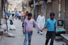 印度男人为什么喜欢手拉手散步?原因让人咂舌….  当我第一次走进老德里的街头,我被眼前的一幕惊呆了: