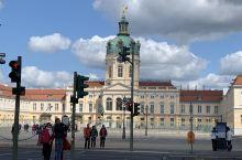 夏洛滕堡宫 进入柏林市区,实际上我们第一站是去了这里最大的王宫—夏洛腾堡宫。网上介绍:夏洛腾堡宫位于