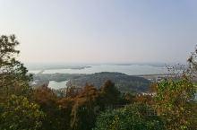 仙山湖风景旅游区位于长兴县最西端的江、浙、皖高速 ,杭长高速,宣杭铁路都在此处集结。仙山湖风景旅游区