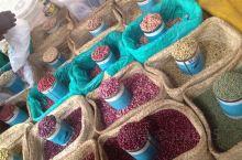 这是内罗毕一处大型的农贸市场,在这里汇聚了各式各样当地新鲜的蔬菜和肉类。许多当地人每天都会到这里来采