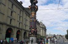 瑞士的首府伯尔尼,是一个幽静美丽的小镇。瑞士更有名的城市可能是日内瓦和苏黎世,而这个首府反而没有那么