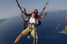 在土耳其费特耶坐滑翔伞