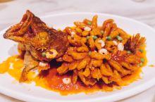 好吃不贵的苏州本帮菜  来苏州吃地道本帮菜该去哪里?近几年突然比较火的新梅华餐厅倒也是个不错的选择。
