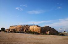 由希律王在公园前22年建造,罗马式风格贯穿于这座城市中,歌剧院,竞技场,犹太王行宫的遗迹及十字军城堡