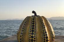 日本直岛著名的早间弥生黄南瓜,就在海边,我们去的时候,在那里拍照的人竟然不多,于是我们就各种摆拍,正