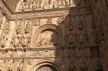 萨拉曼卡大教堂是西班牙最著名的一座教堂,出名是因为在这座教堂的浮雕上有许多神秘的雕像,譬如说宇航员等