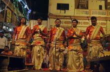 恒河夜祭: 夜色降临,华灯初上,五位祭司已登台到位。五位帅哥颜值颇高,在印度担任祭司是一项崇高的职业