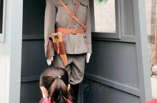 """沈阳 大帅府 的""""护卫官"""",真调皮。 在大帅府门口,偶遇一对母女在和""""护卫官小哥哥""""对话,小女孩认真"""