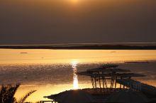 Dead Sea-死海 世界上最低的湖泊 湖面海拔-442米 形似一条双尾鱼 人在湖中 能漂浮在湖面