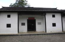 江西井冈山市大井村中央,有座坐北朝南,土木结构的房屋,因墙壁为白色,当地人习惯称它为