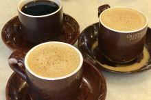 来大马必须尝下当地的特产白咖啡呀! 旧街场是老牌白咖啡店,店里浓浓的怀旧风情。 依旧是自己填单,每个