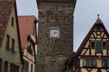 由踏入古城牆的一刻开始 這座美丽的小镇  真是歩步浪漫   蜿蜒的石板路 色彩繽紛的木筋屋  繁花