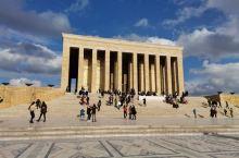 土耳其之父凯末尔陵墓,也是一个博物馆,收藏关于他的生活用品,服饰,油画,生平事迹照片展,雕塑等等,入