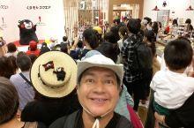 位於日本九州中部之熊本市,最人氣的莫过於熊本熊部長了,他造型可爱,活潑生動,在市中心有其办公室开放给