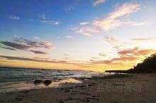 这个沙滩看不到日落,只能看到一些晚霞,但是早上是可以看到日出的,非常漂亮,这个沙滩基本上都是本地人和