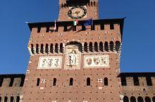 去意大利旅游的时候第一站米兰: 早上吃过早饭坐上大巴前往米兰市内观光的第一个景点斯福尔扎城堡。  斯