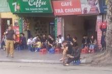 越南人喝咖啡就跟成都人喝茶一样的氛围,随时随地开喝,尤其喜欢在街头喝,十字路口经常都有咖啡店或者咖啡