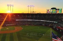 Oakland Coliseum — 奥克兰体育馆是一座多功能体育场,这里是美国职业棒球大联盟奥克兰