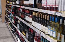 加拿大的酒在超市里面买不到,只有在CIBO里可以买到,红酒,啤酒,白酒,冰酒应有尽有,价格都比较平民