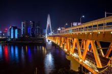 """重庆的夜景灯火斓珊,那天天气晴好,我在""""一颗树""""那里拍得彩霞满天,山城美景尽收眼底。重庆还有各种美味"""
