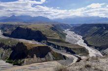 安集海大峡谷,别称红山大峡谷,位于沙湾县安集海镇以西的天山北坡,发源于天山山脉。安集海大峡谷又名红山