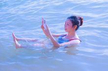 体验一把小学语文书本上的死海不死,躺在海水里思考我真的到死海了吗?这是真的吗?确实是真的  死海假日