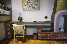 走进房间里,空间十足,床和浴缸连在一起,进门口就是一个复古沙发,独立的洗漱空间,在窗外有一个阳台,可