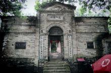 始建于1920年的谢鲁山庄坐落在广西陆川县西南24公里的乌石镇谢鲁村,号称中国四大私人庄园之一,是一