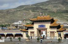 隆务寺位于青海省黄南藏族自治州府所在地隆务镇镇西山脚下,地处隆务河中游河畔,气候宜人,属全国重点文物