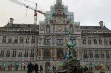 二月的天气非常冷,天空也阴阴沉沉的,配上古老的欧式建筑,有点历史的沉淀感,但这些古建筑又被很多富有潮