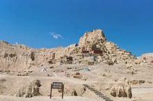 听说过在西藏阿里,有这么一个重口味的地质公园,叫札达土林的藏尸洞。有些猎奇类的小说和电影,把这里描写