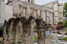 阿维尼翁不仅是一座历史文化名城,还是一个艺术之城。文化底蕴深厚、艺术气息浓郁的阿维尼翁,还是法国最悠