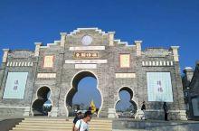 辽宁葫芦岛市的葫芦山庄是以葫芦为主题的满族风情园,园内景色优美、别致。园内各种各样的葫芦琳琅满目,很