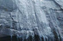 与天一色,天空之镜中尽情抒放;与水一体,激情水滑林中惊叫;万丈崖目前是国内测到负氧离子峰值最高纪录。