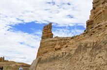 扎达土林是经流水侵蚀而形成的特殊地貌,蜿蜒曲折数十里,约1100年历史。扎达土林是古格王国的宫殿和寺