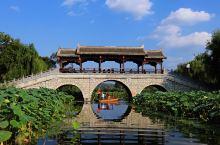 九月的棣花古镇,午后的阳光铺洒在联翩的荷园,乘舟泛起涟漪,映起万千美景。走进商於古道棣花文化旅游景区