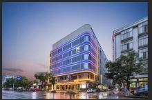 第一次入住,感觉这家精品酒店非常的棒!位置位于县城中心江南路环城路口,是离本县唯一的汽车总站旁。可以