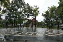 盈江盈湖公园,公园不大一会就逛完里面有儿童游乐园有游船适合老太太跳跳广场舞溜溜娃放放狗。