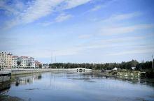 """塔河县的县名源于其驻地塔河镇的镇名。塔河镇所在地原名""""小固其固"""",是鄂伦春语,为""""水草丰盛的地方""""之"""