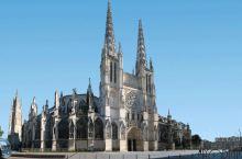 圣安德列大教堂:教堂位于波尔多市中心,与市政厅相对。教堂建于11世纪,主殿是罗马式样的建筑。1137