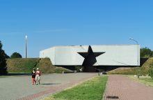 布列斯特要塞在白俄罗斯与波兰的边境,这是沙俄帝国时代所建的要塞群,二次世界大战德军进攻,苏联红军在此