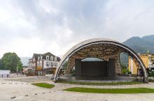 白鹿音乐广场。        彭州市白鹿镇,打造的是中法风情小镇,哥特式建筑,很有欧洲范,镇上有一个