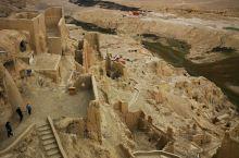 古格王朝遗址—— 距今已有1300余年,是吐蕃王朝后裔所建。在山脚下拾阶而上,大约300米可达山顶,
